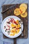 Страви із натурального йогурту, який, граната, мигдалю і гарбузового насіння — стокове фото