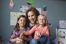 Gruppe Bild Frau mit ihren kleinen Töchtern im Kinderzimmer — Stockfoto