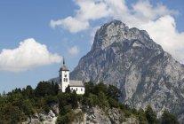 Autriche, Haute-Autriche, Traunkirchen, Traunstein et Johannesberg chapelle, Dammarie sur fond — Photo de stock