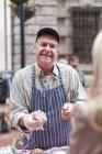 Мужчина продает колбаса на городской рынок — стоковое фото