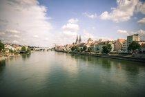 Germania, Regensburg, vista alla città con il fiume Danubio — Foto stock
