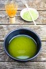 Nahaufnahme des japanischen Matcha Tee, Matcha-Pulver und Tee Schneebesen über hölzerne Hintergrund — Stockfoto