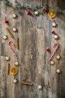 Decoração de Natal, colocados numa superfície de madeira — Fotografia de Stock
