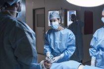 Команда хирургов анестезирует пациента в больнице — стоковое фото