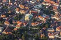 Германия, Нижняя Саксония, Хильдесхайм, вид с воздуха с крыш и собор в вечернем свете — стоковое фото