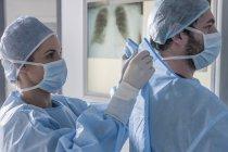 Стороне Портрет двух хирургов, подготовка к операции — стоковое фото