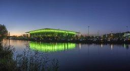 Германия, Нижняя Саксония, Вольфсбург, Автоштадт Volkswagen Arena в вечернее — стоковое фото