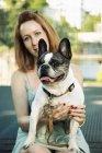 Портрет собаки с владельцем на заднем плане — стоковое фото