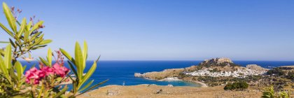 Rhodos, Lindos, Blick auf Akropolis von Lindos, Ägäische Inseln, Griechenland — Stockfoto