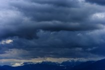 Alemanha, Bavaria, vista dos Alpes Bávaros com nuvens de chuva — Fotografia de Stock