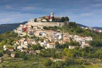 Croacia, Istria, Motovun, vista de edificios en la colina durante el día - foto de stock