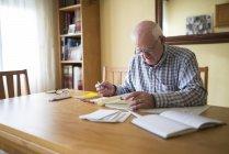 Старший чоловік з автодоріг планування подорожі — стокове фото