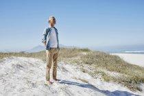 Uomo di ager migliore caucasico rilassato sulla spiaggia — Foto stock