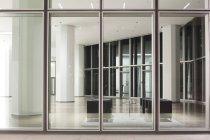 Deutschland, Frankfurt, Blick in die Lobby eines Bürogebäudes — Stockfoto