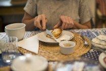 Femme propagation de pain avec de la confiture — Photo de stock