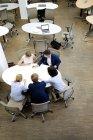 Деловые люди за столом в офисе — стоковое фото