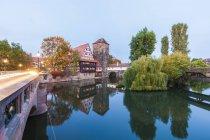 Deutschland, Bayern, Nürnberg, Weinstadel, Wasserturm und Henkersteg am Abend — Stockfoto