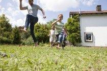 Caucásico familia despreocupada en jardín - foto de stock
