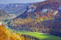 Deutschland, Baden-Württemberg, Naturpark obere Donau, Ansicht des oberen Donautal im Herbst — Stockfoto