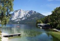 Австрия, Штирия, Алтаусзе, лодка на озере с Триссельвандом в Totes Gebirge — стоковое фото