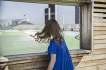 Femme vêtue d'une robe bleue — Photo de stock