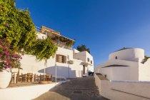 Grecia, Rhodes, Lindos, capilla y callejón, restaurante durante el día - foto de stock