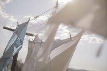 Lavandaria pendurada no varal à luz do sol — Fotografia de Stock