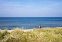 Femme d'Allemagne, Mecklembourg Poméranie-occidentale, à côte de la mer Baltique né auf dem Darss — Photo de stock