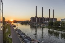 Germania, Bassa Sassonia, Wolfsburg, Autostadt al tramonto, centrale termoelettrica della Volkswagen — Foto stock