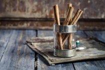 Крупним планом подання сухий кориці палички в скло — стокове фото