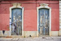 Portugal, facade of an old house with two entry doors — Stock Photo