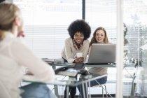 Drei Kollegen im modernen Büro — Stockfoto