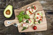 Pan con queso aguacate tomate - foto de stock
