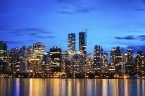 Vista a distanza per skyline al tramonto visto da Stanley Park, Vancouver, Canada — Foto stock