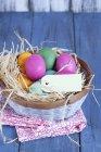 Vista del primo piano del Cestino variopinto di Pasqua con uova e tag — Foto stock