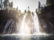 Stati Uniti, California, cascata in Mcarthur-Burney Falls Memorial State Park — Foto stock
