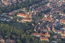 Германия, Нижняя Саксония, Хильдесхайм, вид с воздуха с церковью Святого Михаила — стоковое фото