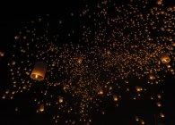 Таиланд, Чиангмай, зажгли фонари ночью на фестивале Йи Пэн — стоковое фото