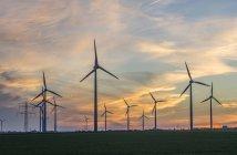 Vista de fazenda de vento ao pôr do sol — Fotografia de Stock