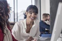 Professionisti creativi che lavorano insieme in ufficio — Foto stock
