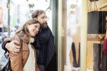 Paar sucht in Schaufenster — Stockfoto