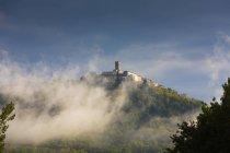 Хорватия, Истрия, Мотовун позади дуновение туман — стоковое фото