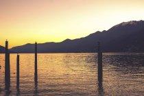 Lago Maggiore au coucher du soleil et les collines sur fond — Photo de stock