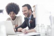 Kollegen im Büro arbeiten gemeinsam am Laptop — Stockfoto