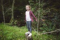 Porträt von glücklich Blondes Mädchen steht in der Natur — Stockfoto