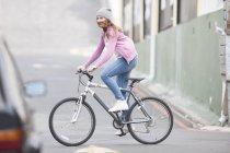 Счастливая девочка-подросток на велосипеде в дневное время — стоковое фото