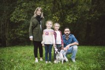Portrait of Family standing in nature next to forest edge — Stock Photo