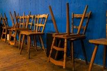 Sedie in legno impilate nella tenda della birra al Old Oktoberfset — Foto stock