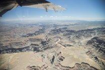 Stati Uniti d'America, ala del Grand Canyon, in Arizona, dell'aeroplano su terreno roccioso durante il giorno — Foto stock