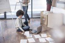 Donna che lavora sul pavimento in un nuovo ufficio — Foto stock